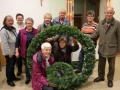 Adventkranzbinden neue Teppiche in der Kirche